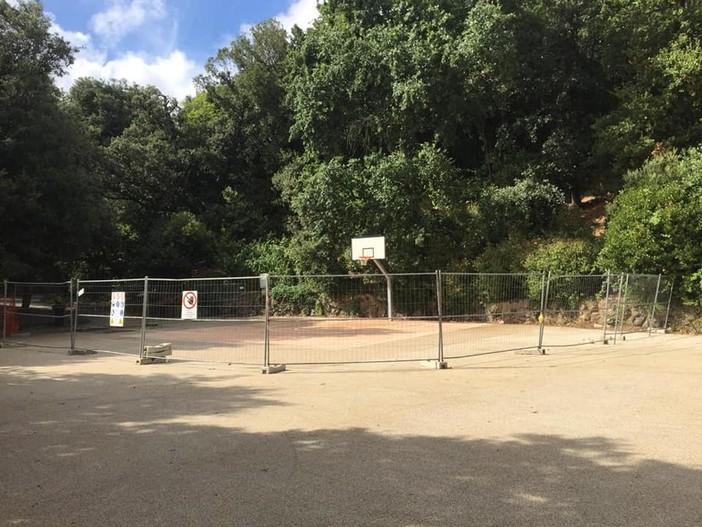 Villa Doria a Pegli: giochi rotti e ancora le transenne in mezzo al piazzale