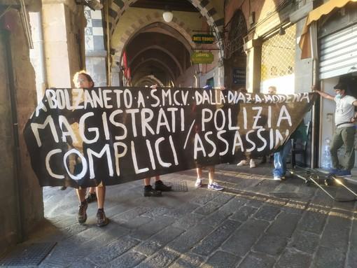 """""""Magistrati polizia complici assassini"""", la protesta degli anarchici in centro a Genova"""