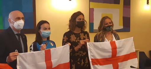 Consegnata la Bandiera di San Giorgio alle atlete genovesi Viviana Bottaro e Martina Carraro, in partenza per i Giochi Olimpici di Tokyo