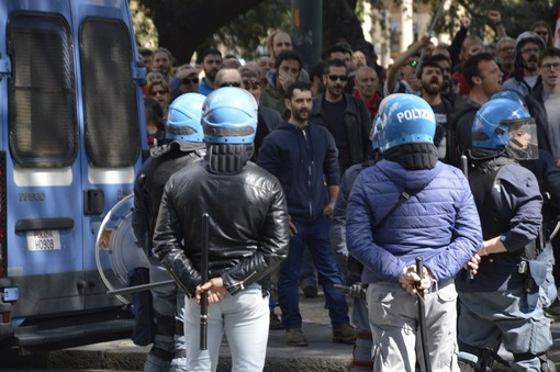Genova, scontri durante presidio antifascista: il VIDEO della carica della Polizia