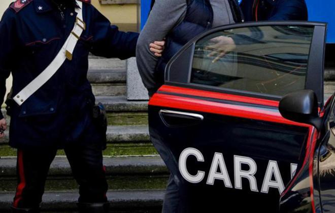 Litiga con la fidanzata incinta e la picchia a bordo del pullman: arrestato un 27enne