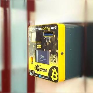 Installato il primo bitcoin Atm a Genova in un negozio di ottica