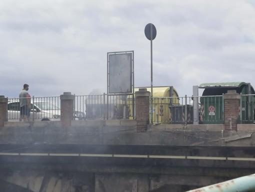 A fuoco un cassonetto in pieno giorno a Sturla (foto)