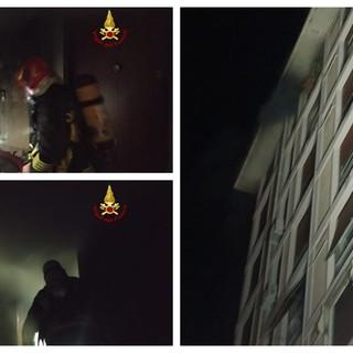 Incendio in un appartamento di via dei Sansone a Genova: Vigili del fuoco salvano una donna, morto un 79enne