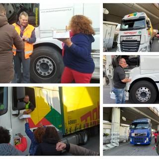Caffè e brioche in porto a Genova, i manifestanti fermano i camionisti per offrirgli la colazione (FOTO e VIDEO)