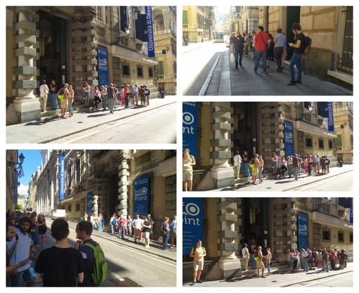 """Manifestazione 'No green pass' degli operatori scolastici a Genova: presidio in via Balbi, """"L'odio? Non siamo noi a crearlo"""" (FOTO e VIDEO)"""
