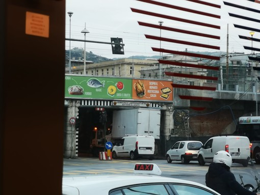 Camioncino si incastra nel sottopassaggio vicino alla stazione di Brignole (VIDEO)
