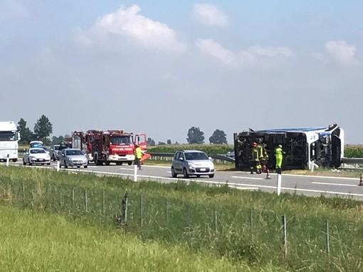 Camion si ribalta nei pressi dello svincolo di Marene sull'A6 in direzione Savona