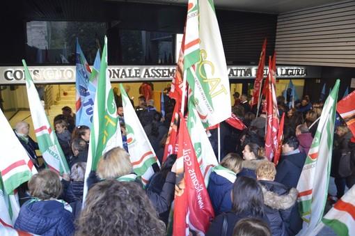 Lavoratori in Regione per chiedere un passo indietro sul bando della ristorazione ospedaliera (VIDEO e FOTO)
