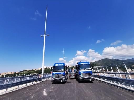 Ponte Genova San Giorgio: traffico rallentato, autisti fanno selfie