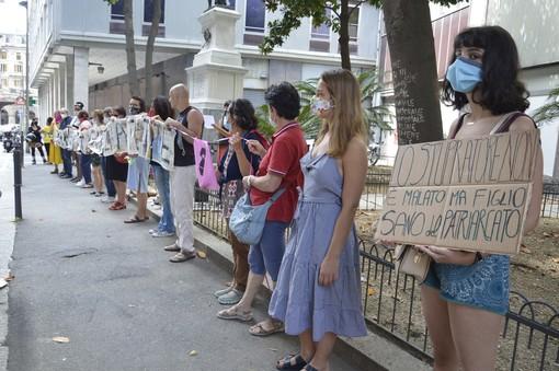 """Non Una di Meno manifesta di fronte al tribunale: """"Giustizia per Martina Rossi e per tutte le vittime della violenza di genere"""" (FOTO e VIDEO)"""