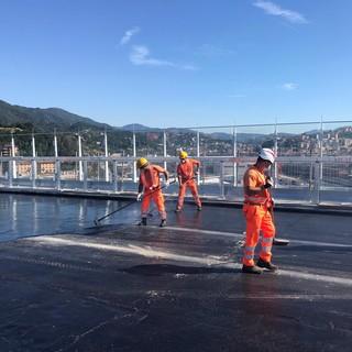 In corso la posa del primo strato di asfalto del nuovo ponte sul Polcevera (FOTO e VIDEO)