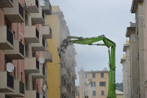 Ponte Morandi, procedono i lavori di demolizione in via Porro (VIDEO e FOTO)