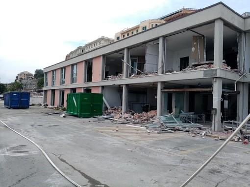 Waterfront di Levante, parte la demolizione dell'ex centro direzionale (FOTO e VIDEO)