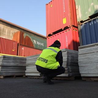 Genova Pra': bloccata dai funzionari Adm l'esportazione verso l'Africa di oltre 400 pannelli fotovoltaici