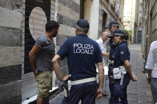 Pluripregiudicato tenta di gettare involucri di droga nel bagno di un locale: arrestato