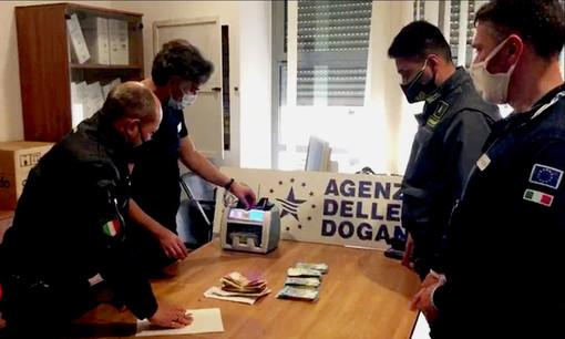 Valuta non dichiarata, ADM e Finanza sequestrano 100 mila euro: erano nascosti tra i bagagli a mano di una cittadina olandese