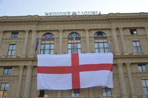 Festa della Bandiera: issati i vessilli rosso crociati su palazzo Ducale, Teatro Carlo Felice e in piazza della Vittoria (FOTO e VIDEO)
