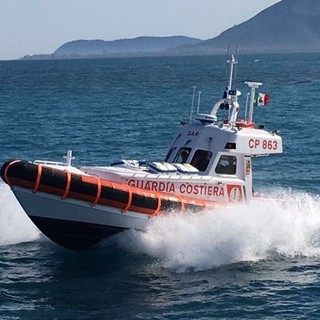Soccorso un uomo caduto in acqua nella darsena comunale del porto di Genova