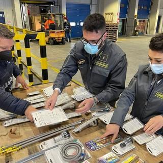 La Finanza di Genova sequestra oltre 230 tonnellate di merce per reati fallimentari provenienti dalla Cina