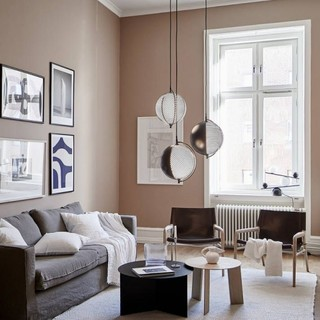 Una parete decorativa per i quadri: la disposizione lineare che stupisce in casa