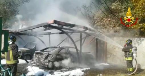 Incendio in via San Felice, in fiamme due automobili (VIDEO)