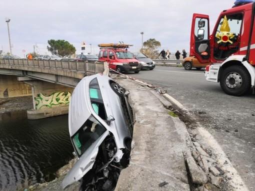 Tragedia sfiorata a Cogoleto: auto rimane appesa al guardrail sospesa nel vuoto (FOTO e VIDEO)