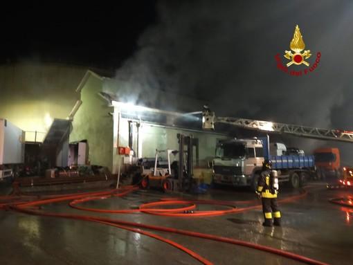Incendio ad un capannone in via Romairone a Bolzaneto: intervento dei Vigili del fuoco di Genova (FOTO e VIDEO)