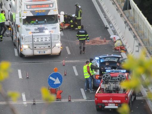 Scontro auto-camion sull'A10 a Celle, morta la donna coinvolta (FOTO e VIDEO)