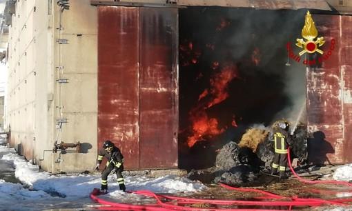 Incendio in corso in un fienile a Propata: trenta vigili del fuoco impegnati sul posto