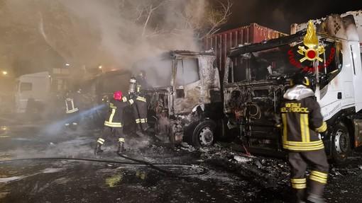 Intervento dei vigili del fuoco nel porto di Genova: 5 tir in fiamme