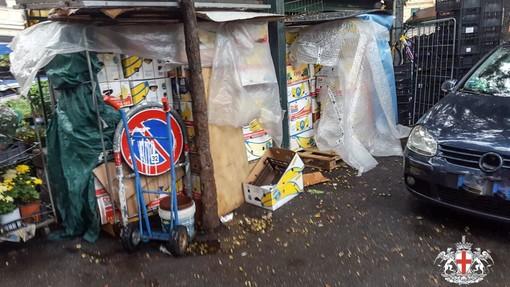 42 casse di libri usati accatastate in piazza Terralba sgomberate dalla municipale