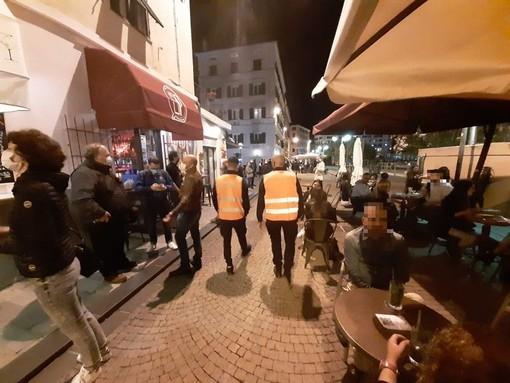 I tavoli occupati di sera della Darsena di Savona la scorsa estate