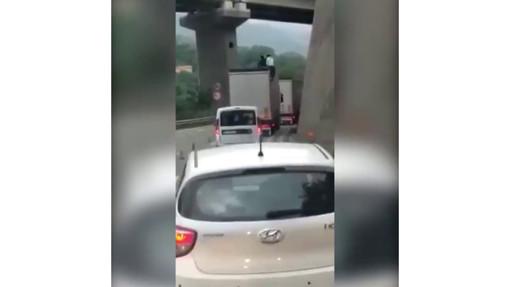 """Immigrati scappano da un tir in coda sull'autostrada, il video condiviso anche da Salvini: """"Davvero senza parole"""""""
