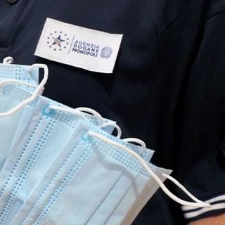 19 tonnellate di mascherine chirurgiche non conformi: Agenzia delle Dogane blocca l'importazione