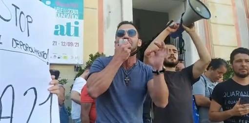 """""""No green pass"""", ad arringare la folla anche Nicola Franzoni, il """"perseguitato"""" condannato ad una multa di 225.000 euro per non aver pagato i contributi ai dipendenti"""" (VIDEO)"""