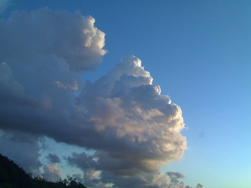 Meteo: qualche nuvola e ancora molto vento