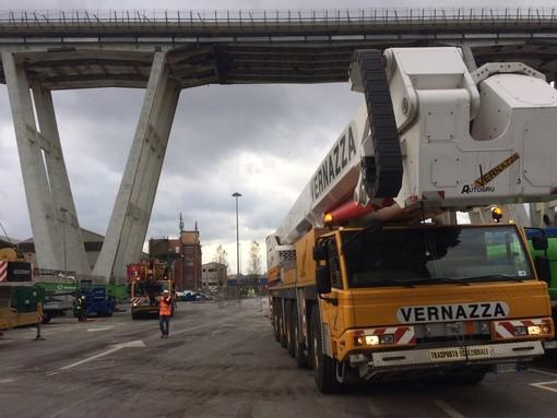Operai al lavoro sui cantieri per la demolizione del ponte Morandi (VIDEO)
