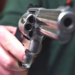 Il vicino lo disturba, lui chiama la polizia che lo trova con una pistola in mano