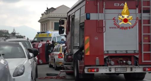 Incidente in corso Europa: macchina su un fianco e intervengono i pompieri (VIDEO)