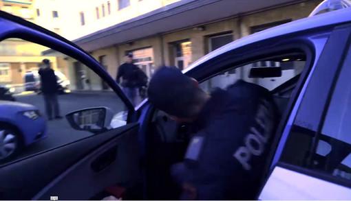 Aggredisce una ragazza alla fermata dell'autobus: denunciato un 53enne