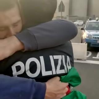 """Green pass, poliziotti portano la focaccia ai portuali: """"Tenete duro"""" (VIDEO)"""