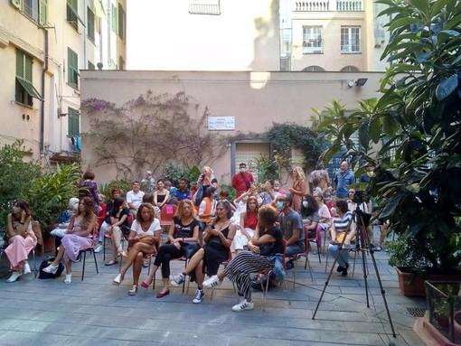 La magia dei tarocchi di Faber in piazza Don Andrea Gallo con la compagnia teatrale 'Perle di vetro'