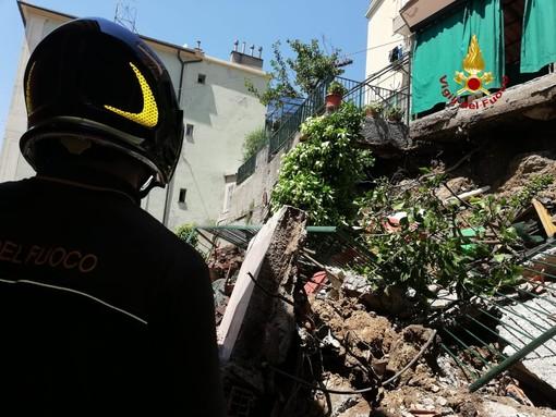 Crolla muro perimetrale di un giardino, vigili del fuoco in azione a Quarto