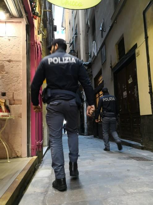Prendono a calci e pugni la porta d'ingresso del Secolo XIX ed aggrediscono due agenti: arrestata una giovane coppia