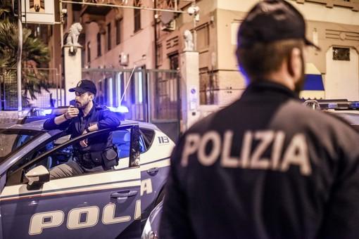 Morde la mano di un poliziotto: arrestato un 21enne