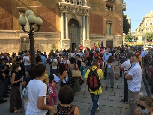 A Genova suonano le campanelle di Priorità alla scuola per chiedere investimenti e un modello formativo migliore (FOTO e VIDEO)