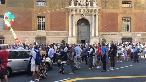 """Genova, in centinaia per dire no all'accordo Stato-Atlantia: """"Questo contratto non s'ha da fare"""""""