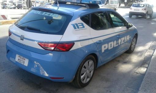 Poliziotta fuori servizio arresta un ladro in flagranza di furto aggravato fuori da un supermercato