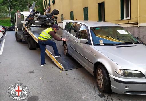 Operazione della municipale a San Teodoro: denunciata l'occupante abusiva di una casa e rimossi 20 mezzi senza assicurazione